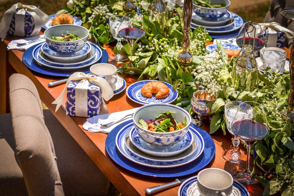 Blue table setting inspiration for a dinner party of six - Dining table setting ideas ...