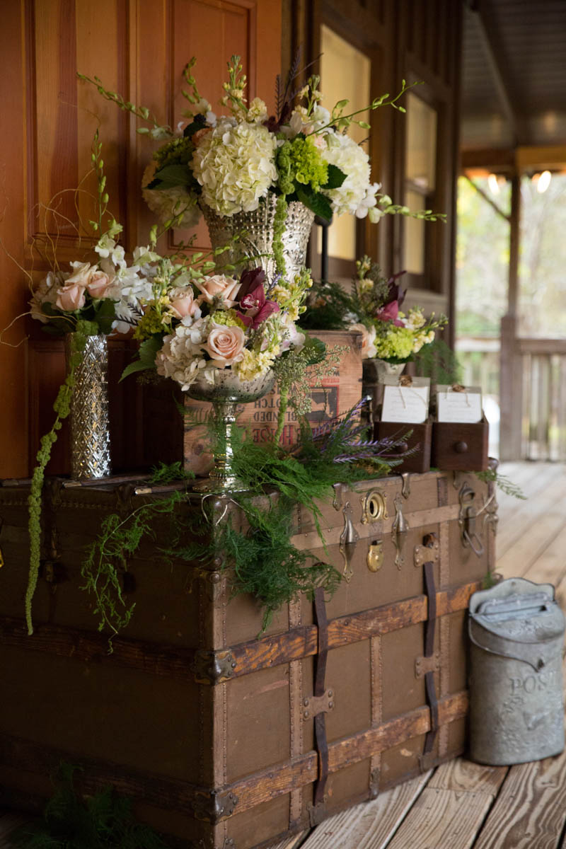 Rustic outdoor wedding at lake iamonia lodge in for Northwoods decor
