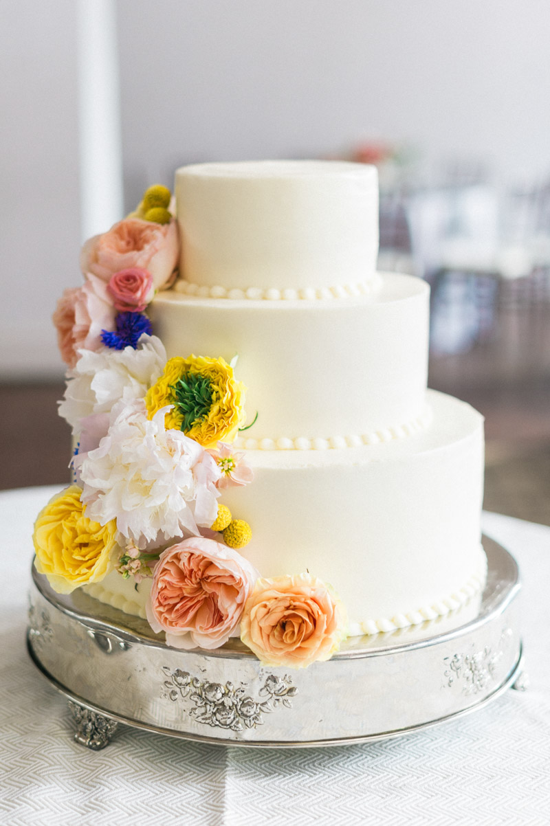 classicoutdoorwedding-reception-whiteweddingcake-freshflorals