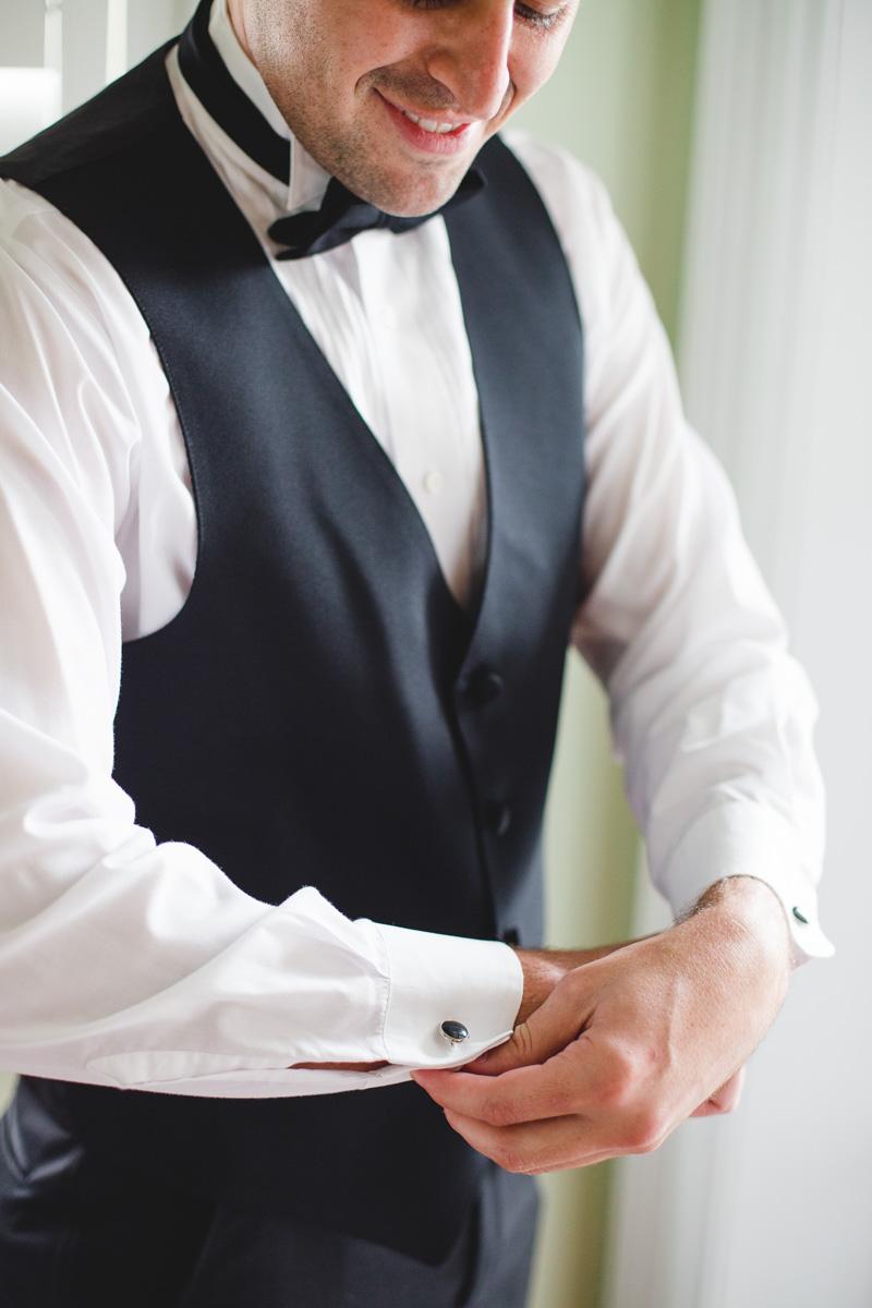 downtownsavannahwedding-groom-gettingready