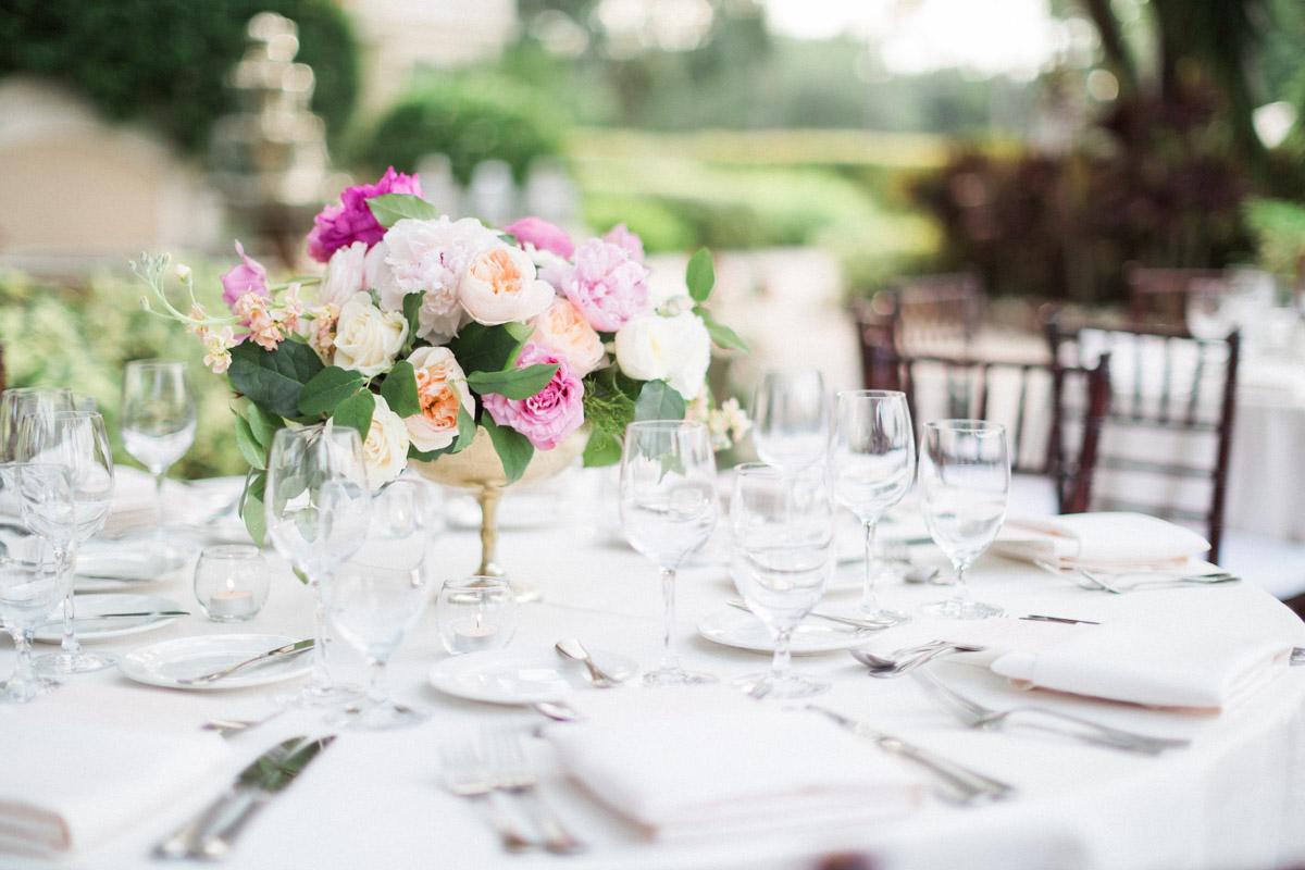 elegantoutdoorweddingfloraltablesetting