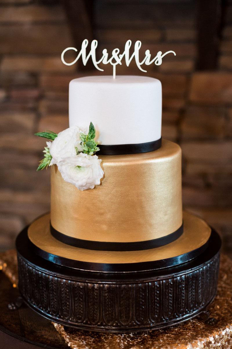 newyearsevewedding-blackgoldwhiteweddingcake-whitefreshfloraldecoration