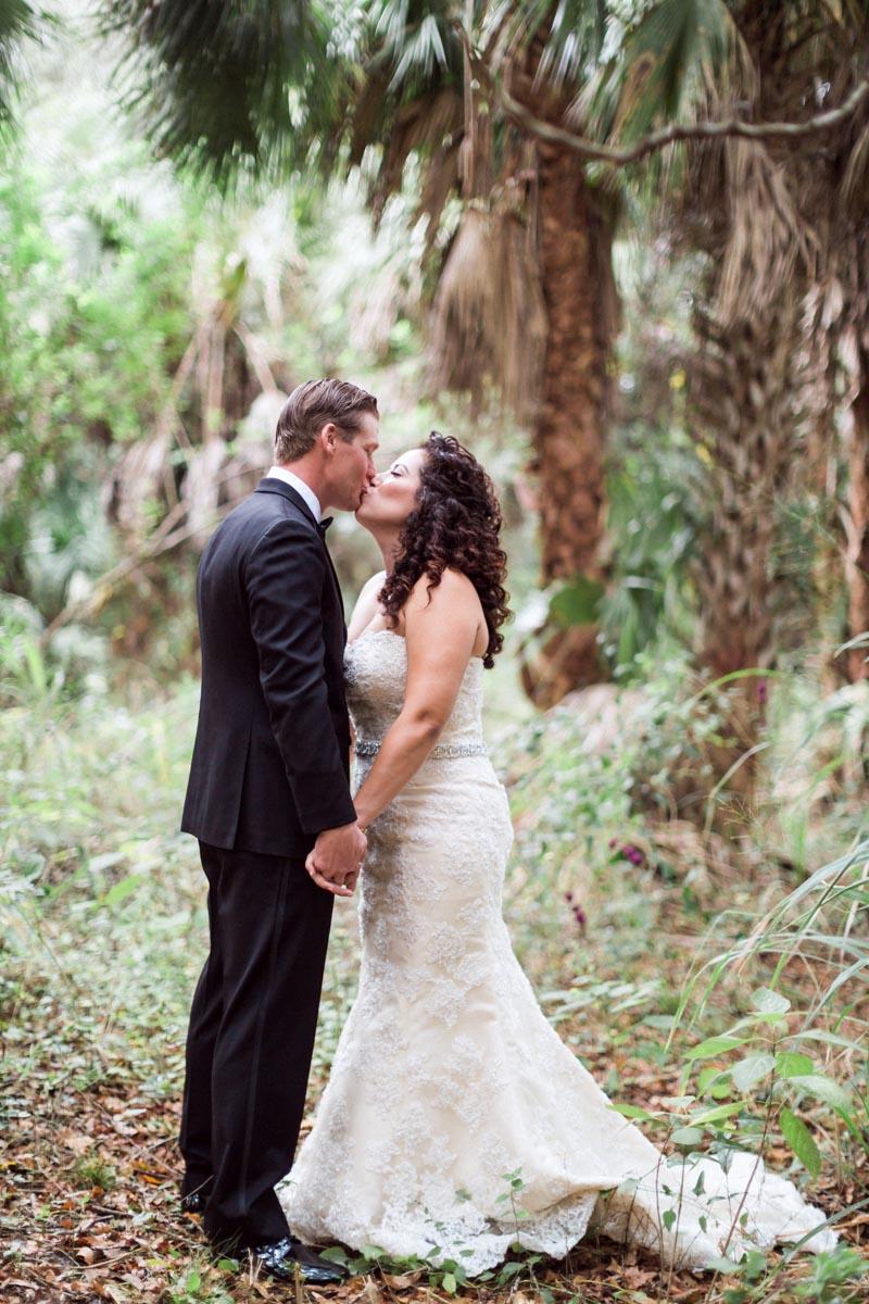 newyearsevewedding-couple-kissing