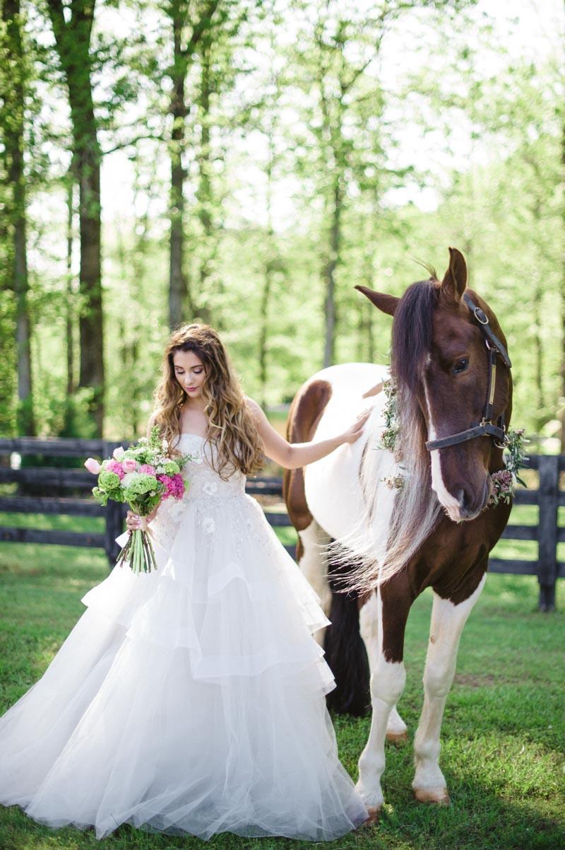 vintageinpiredoutdoor-bridebouquethorse