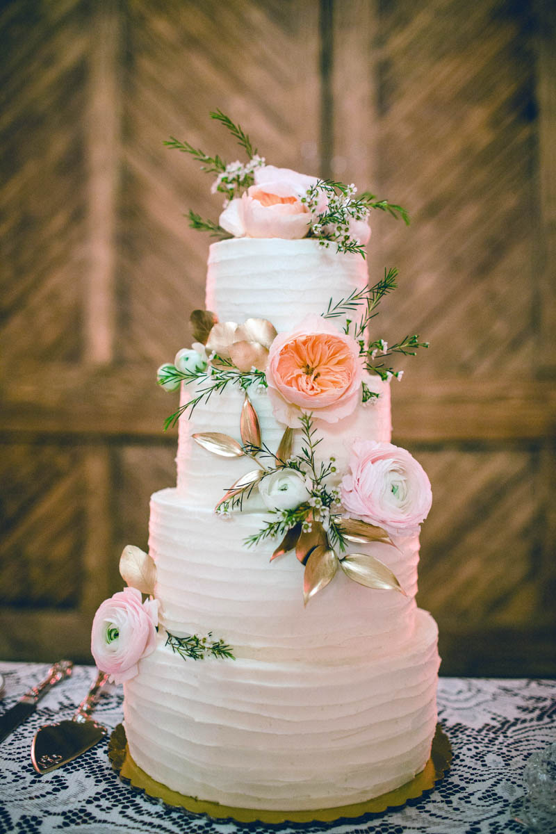 whiteweddingcake-freshflowertopper