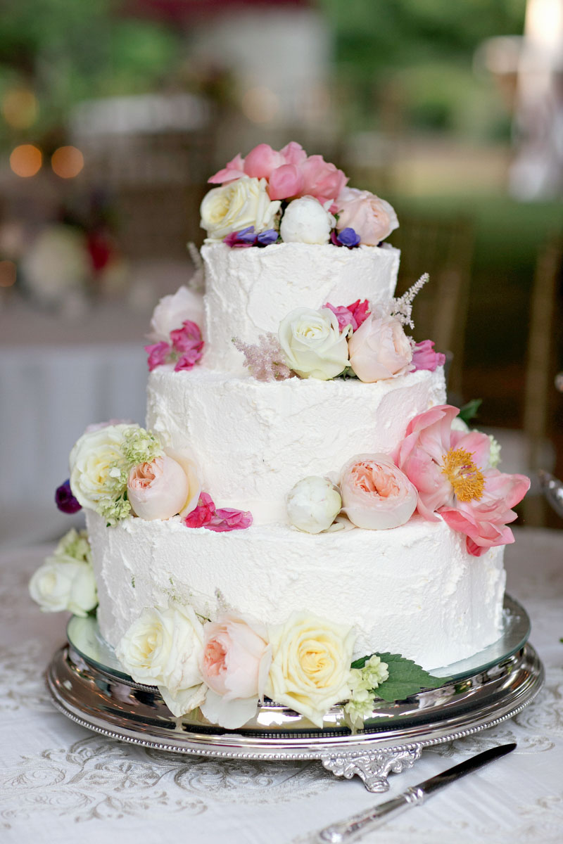 whiteweddingcake_freshfloraltoppings