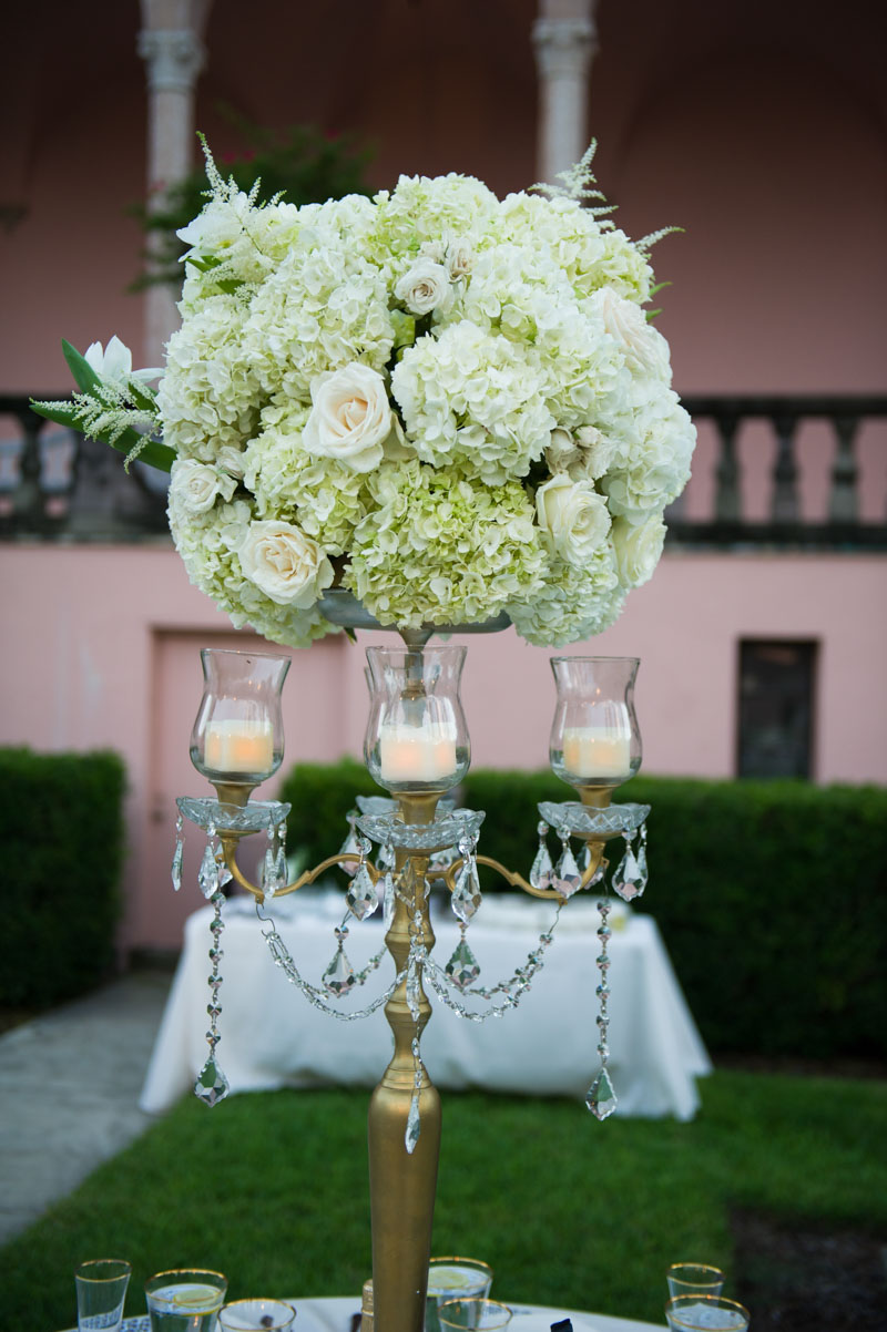 center piece with hydrangeas and roses on top