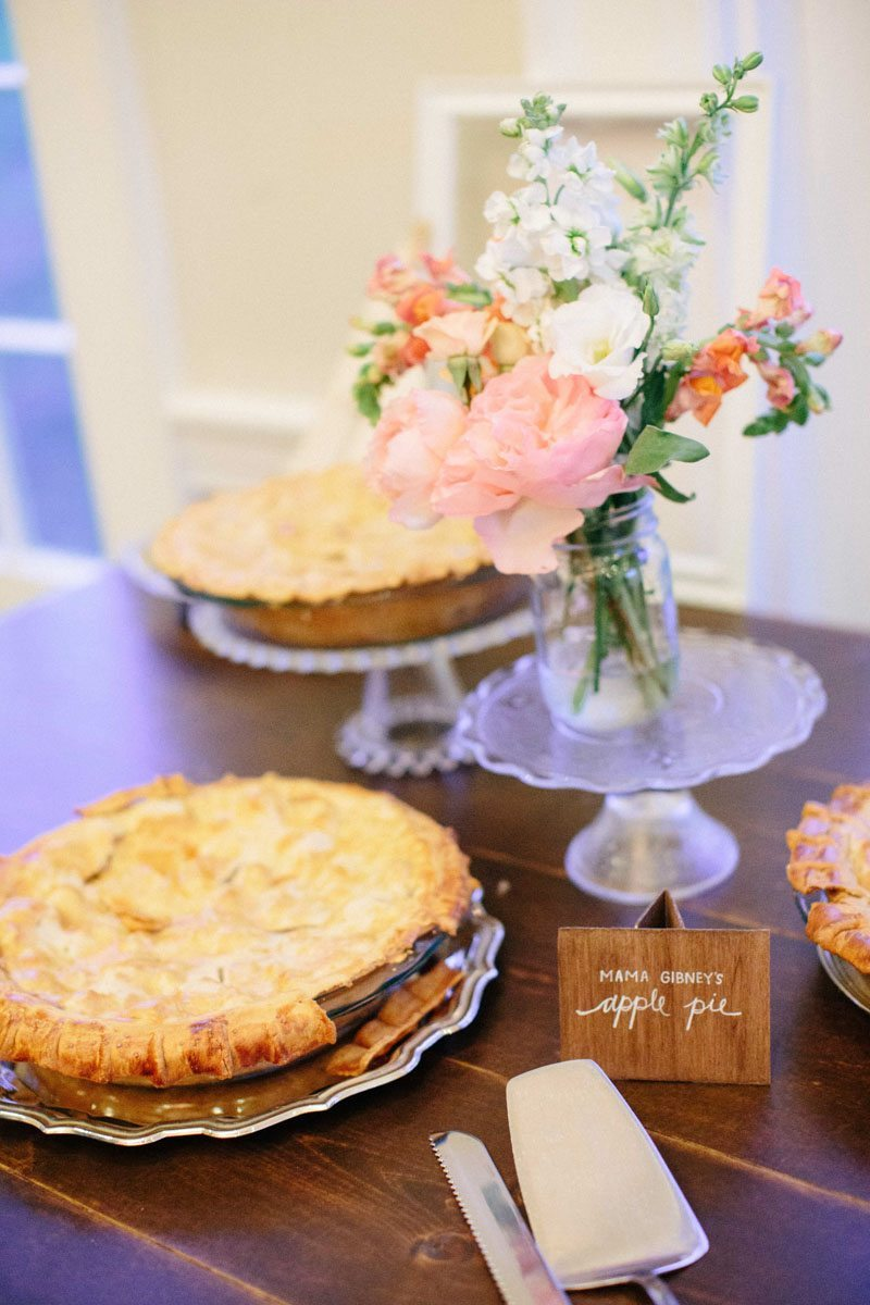 Apple pie desert table Hunter_Gibney_Ais_Portraits_AisPortraitsGibneyRibaultWedding695