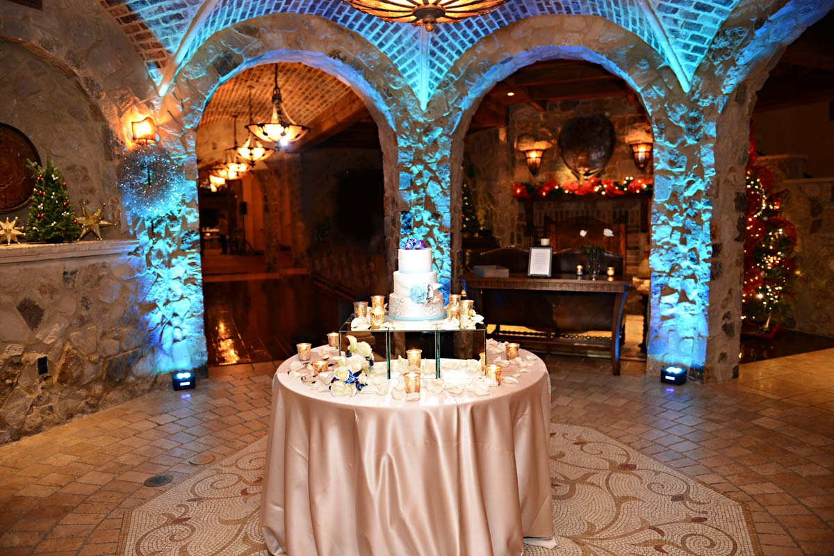 Cake table overview with blue uplighting C_2528