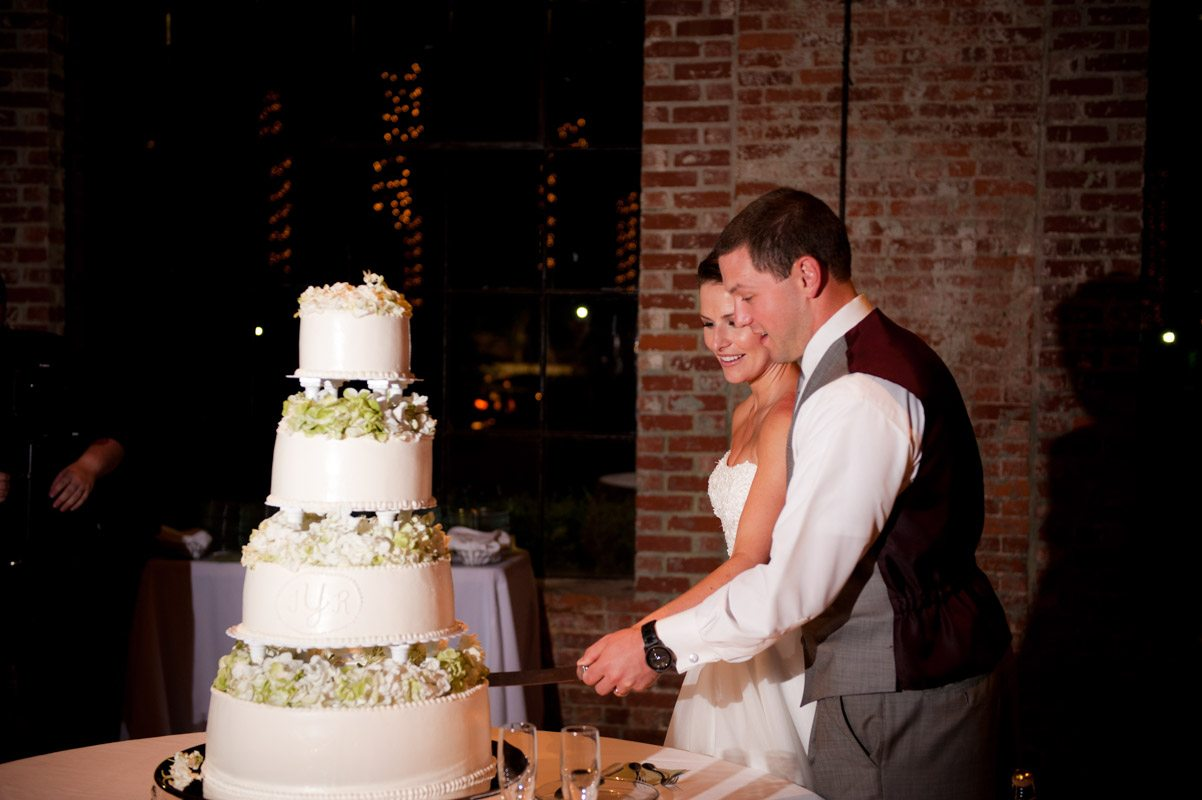 Cuttin the Cake - Tessa Marie Weddings