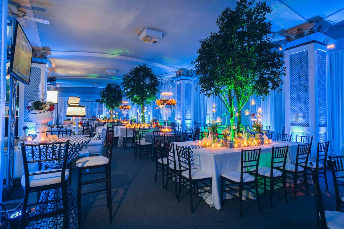 Blue uplighting and tree centerpieces for tables Mineo__Imagen_Photos_f14