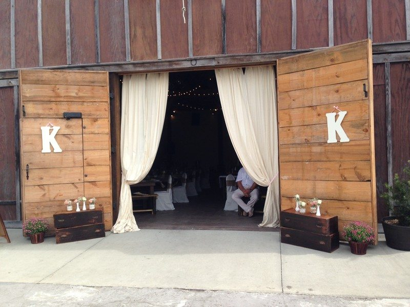 """<img src=""""barn.jpg"""" alt=""""Rustic barn wedding venue in St. Augustine, FL"""">"""