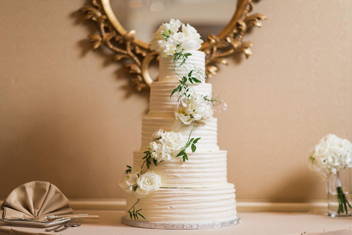 white-flowered-white-cake