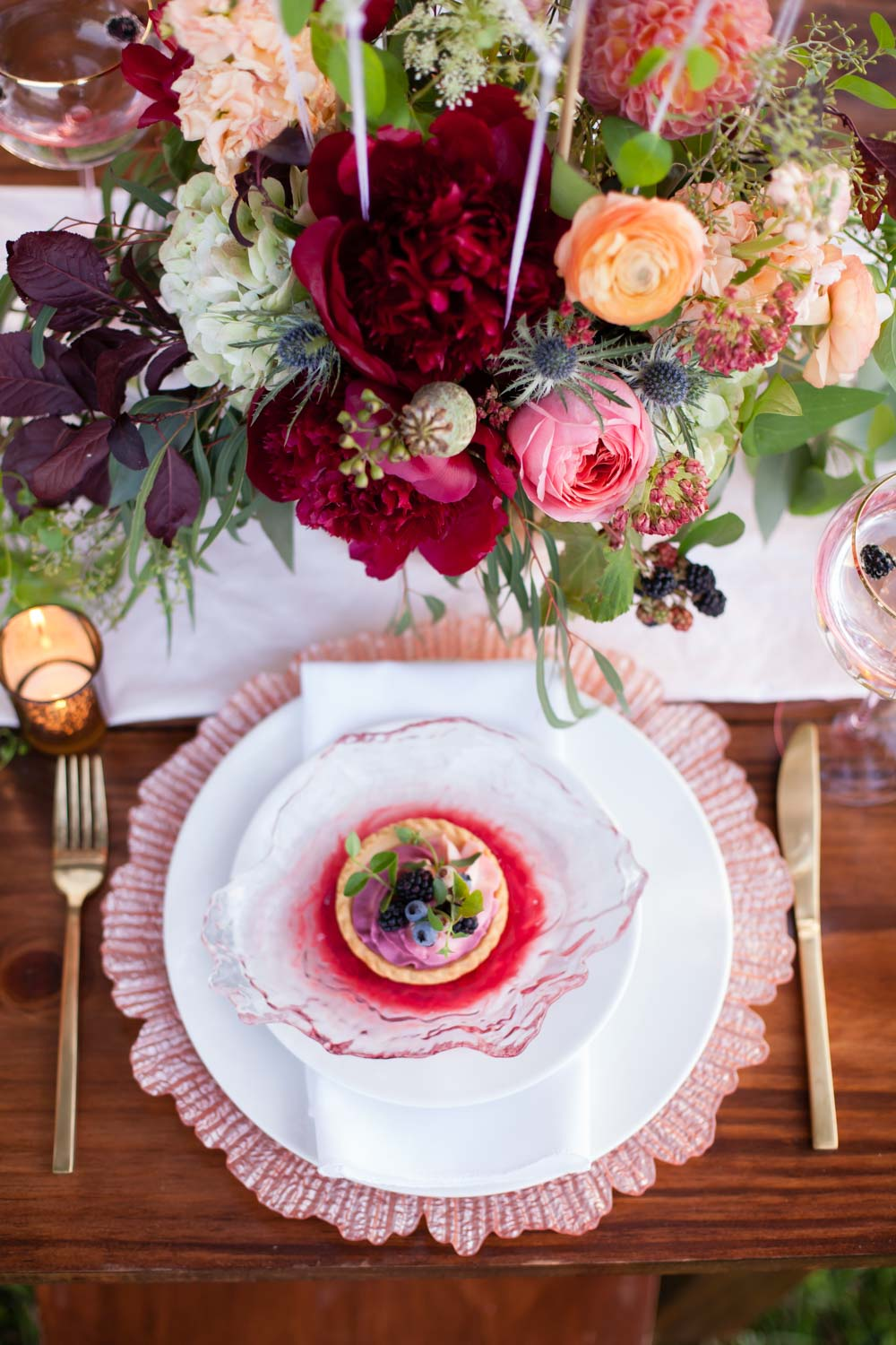 pink-gold-table-setting-dark-maroon-flowers-chey-photography-sweet-meadow-98