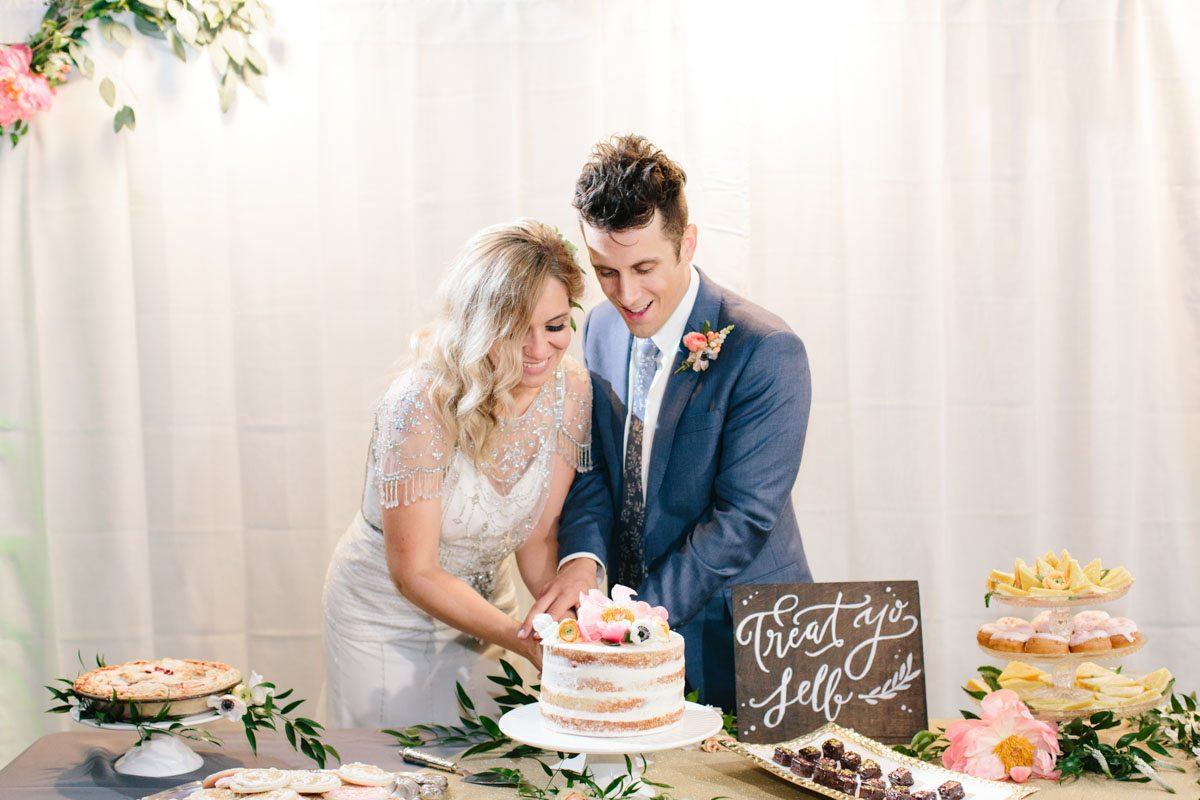 bride-groom-cutting-the-cake-wedding