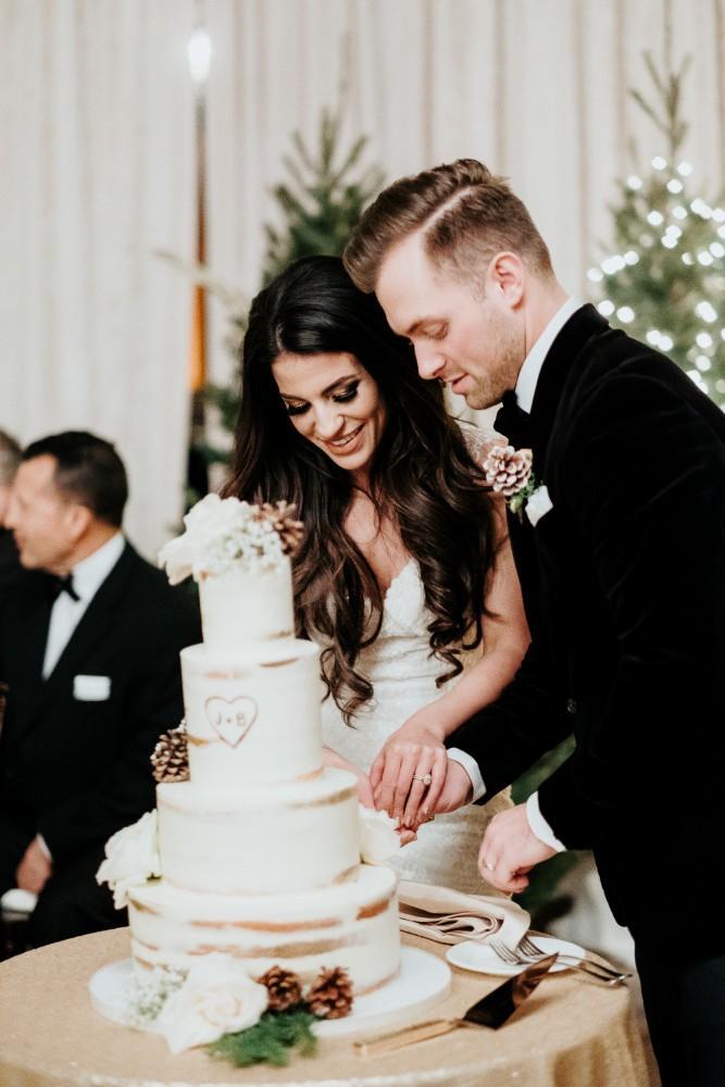 jen & brad cutting cake
