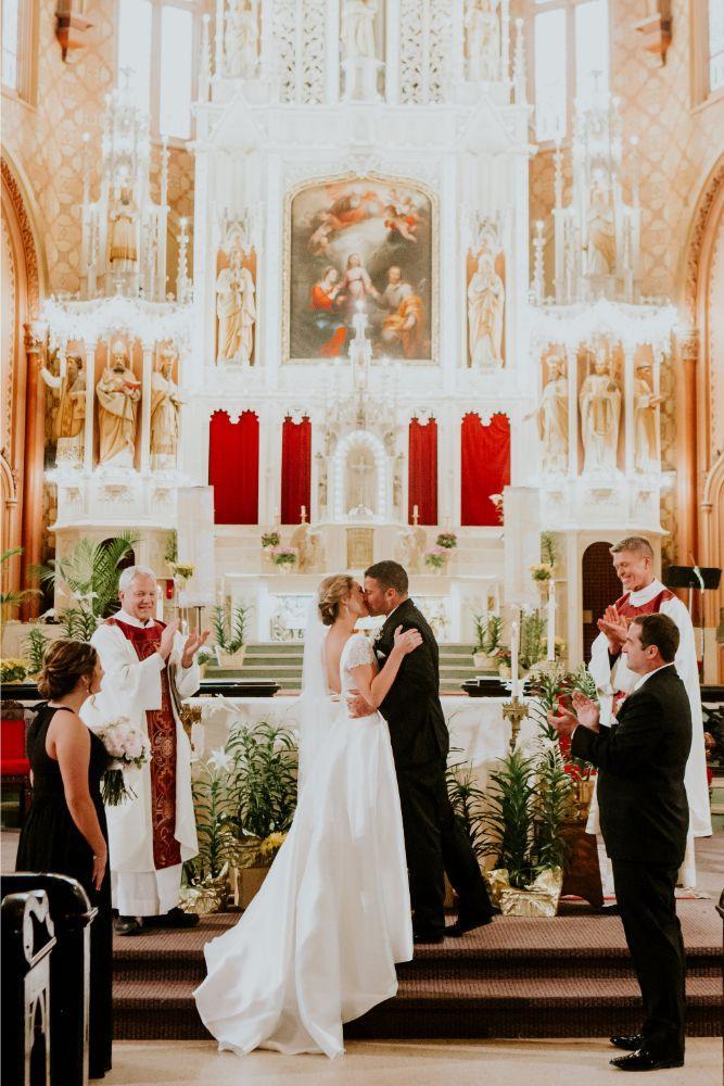 cassie ryan chicago wedding chicago marriott southwest at burr ridge first kiss