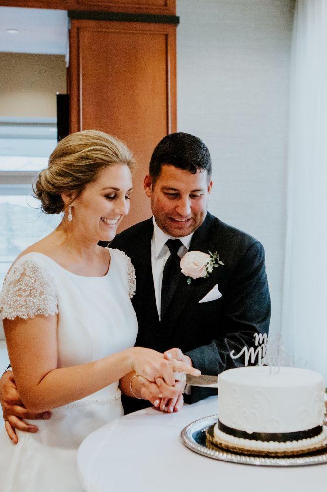 cassie ryan chicago wedding chicago marriott southwest at burr ridge bride groom cutting cake
