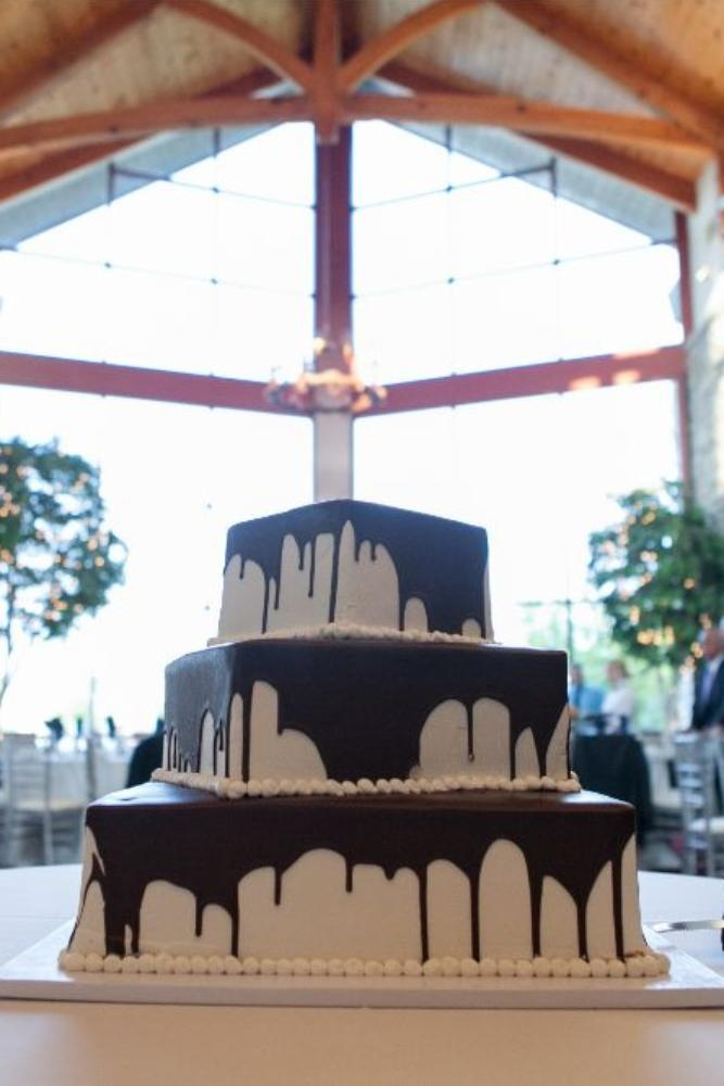 rachel alan the great hall at the onion chicago wedding photography wedding cake