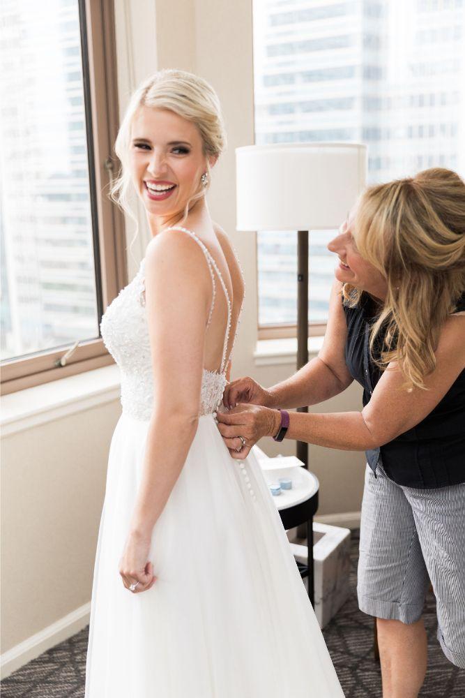janet trent the mid-america club chicago, il wedding mom getting bride ready
