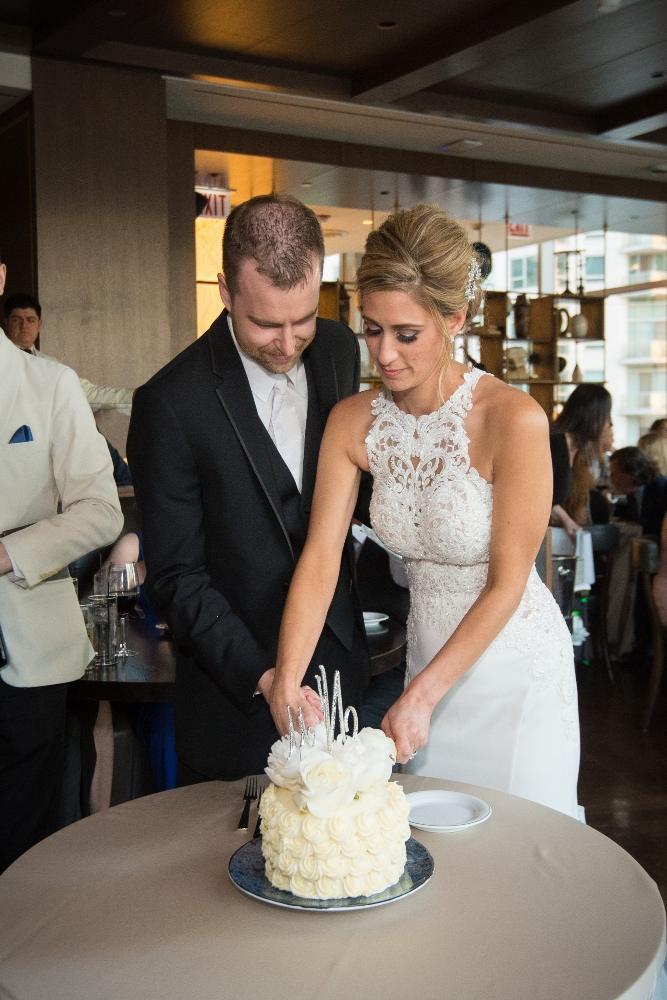jana matt gibsons steakhouse chicago, il wedding cutting wedding cake