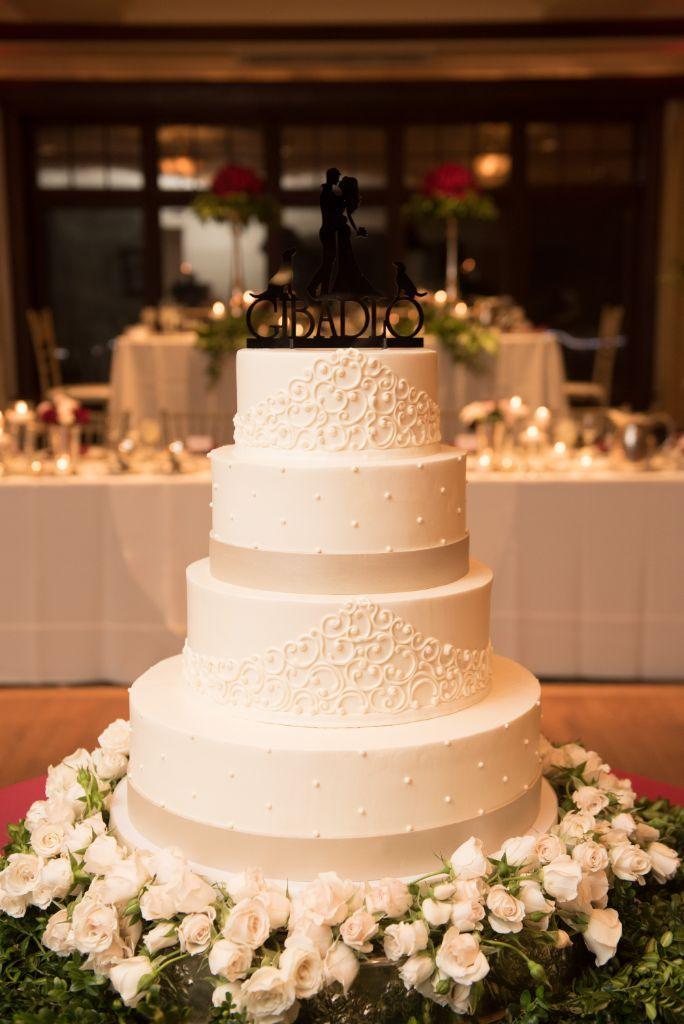 elizabeth kevin local love makray memorial golf club chicago, il wedding cake