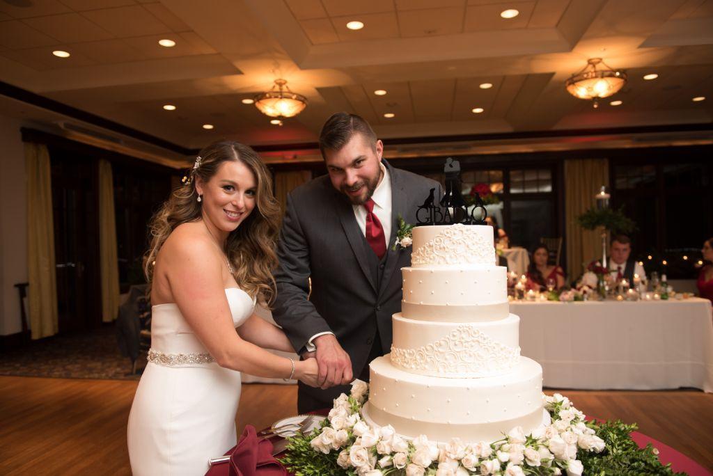elizabeth kevin local love makray memorial golf club chicago, il cutting cake